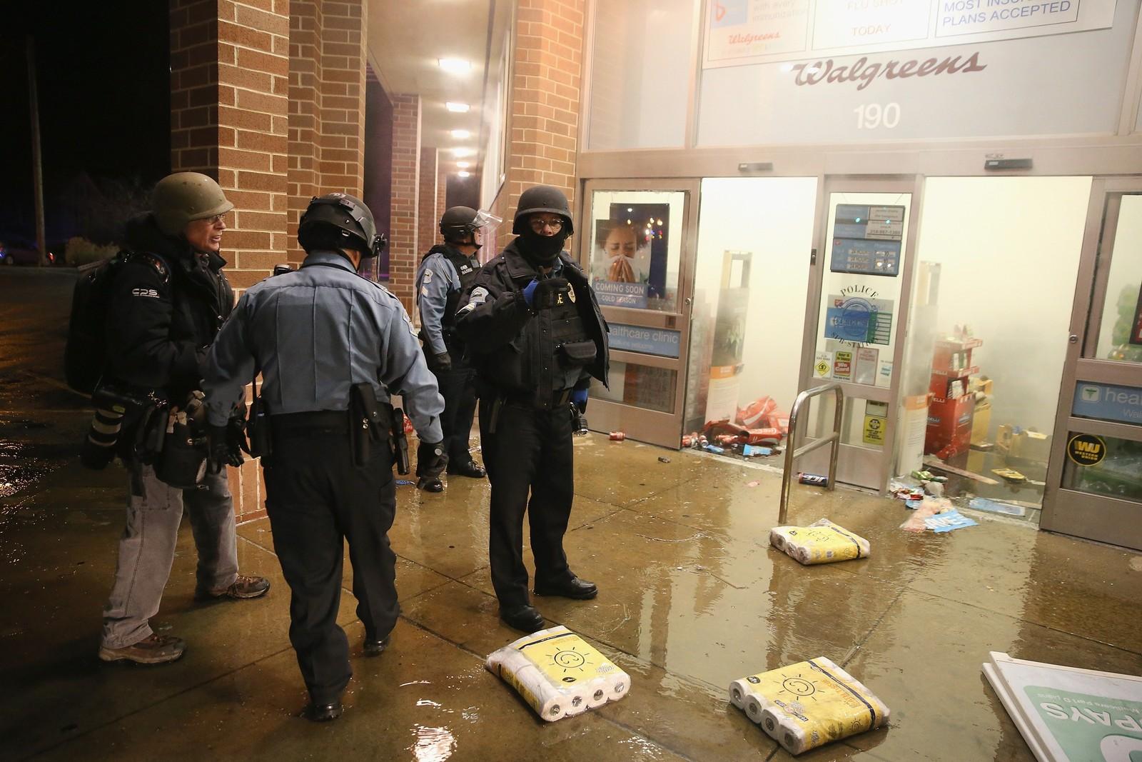 Flere butikker har blitt plyndret og ramponert.