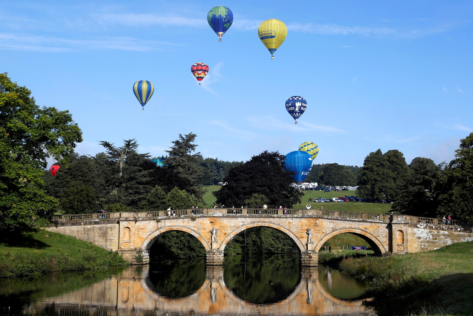 Varmluftsballonger stiger mot himmelen ved Bakewell i England.