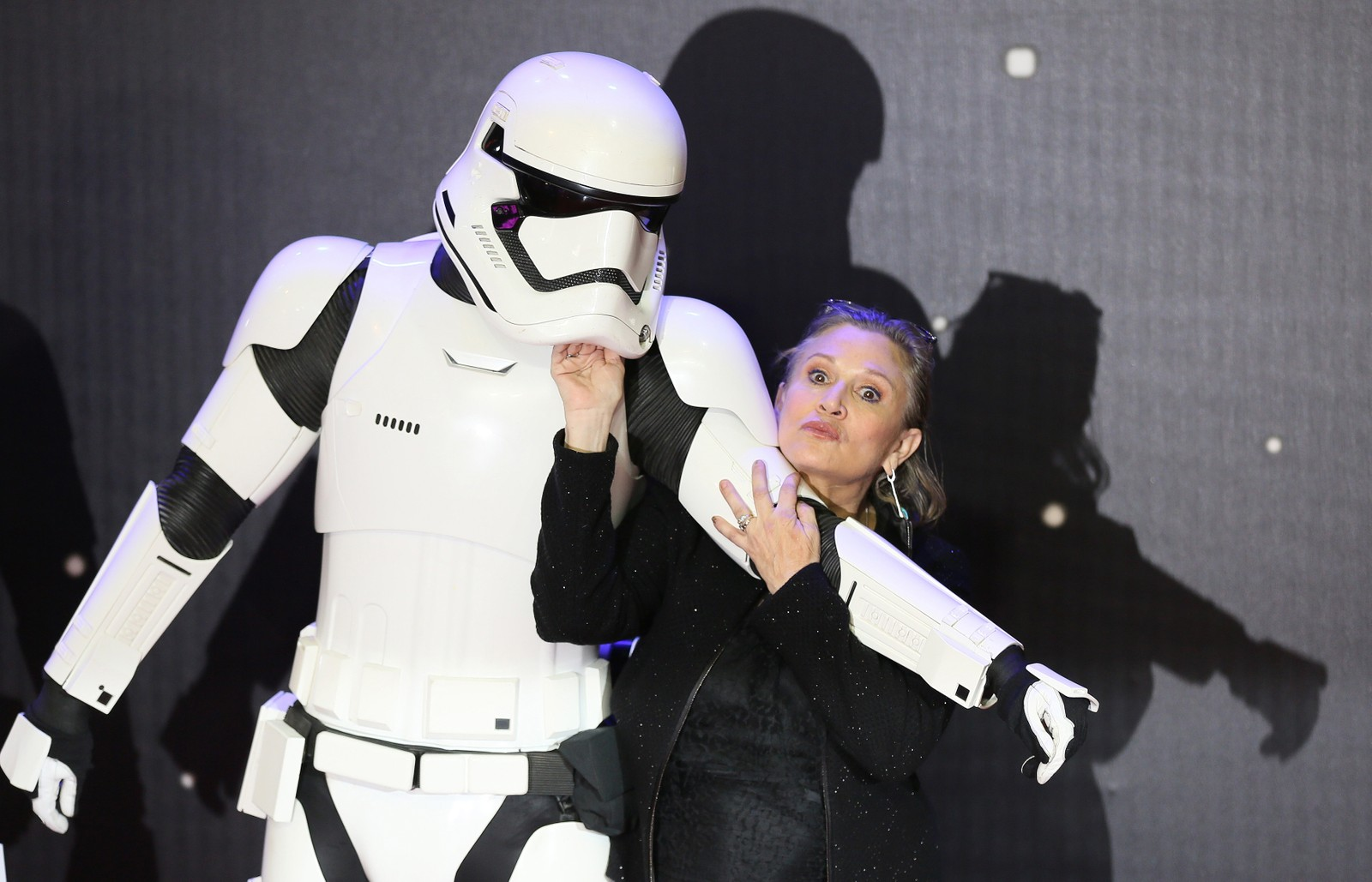 STAR WARS-STJERNE: Carrie Fisher tøyser med en «stormtrooper» på premieren av «Star Wars - The Force Awakens» i London. Fisher returnerte til Star Wars-universet i filmen.