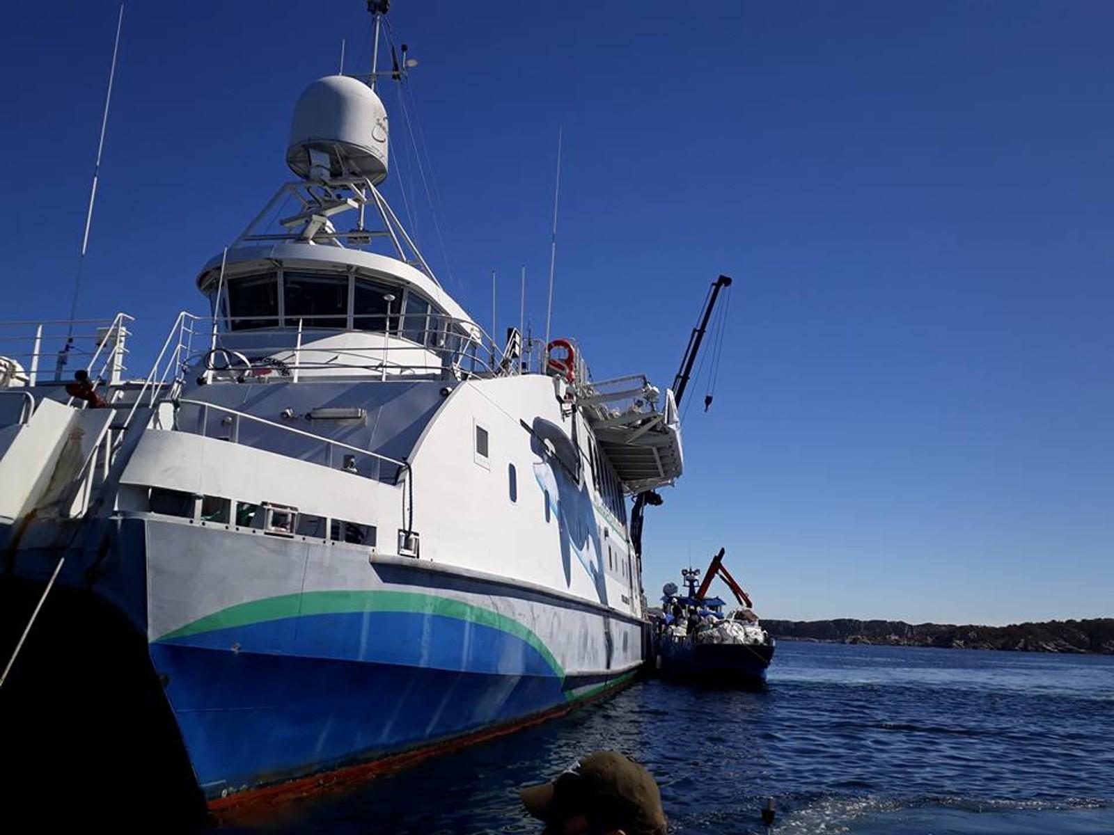 LOSSER: Blom fiskeoppdrett kom for å losse over søppel på båten Miljødronningen.