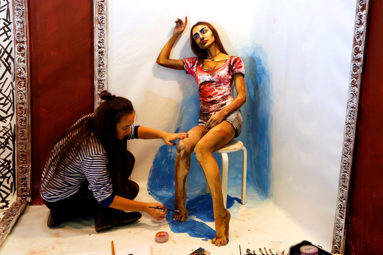 Den russiske kunstneren Maria Gasanova får en kvinnelig modell til å se ut som et vannfargemaleri.