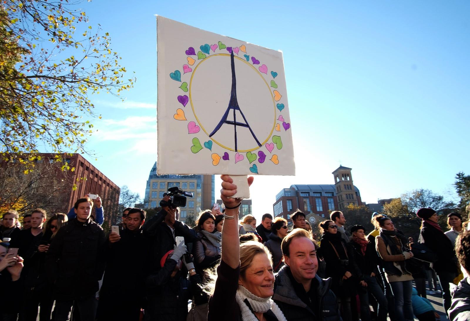 Mennesker i New York viser støtte til Paris-ofrene.