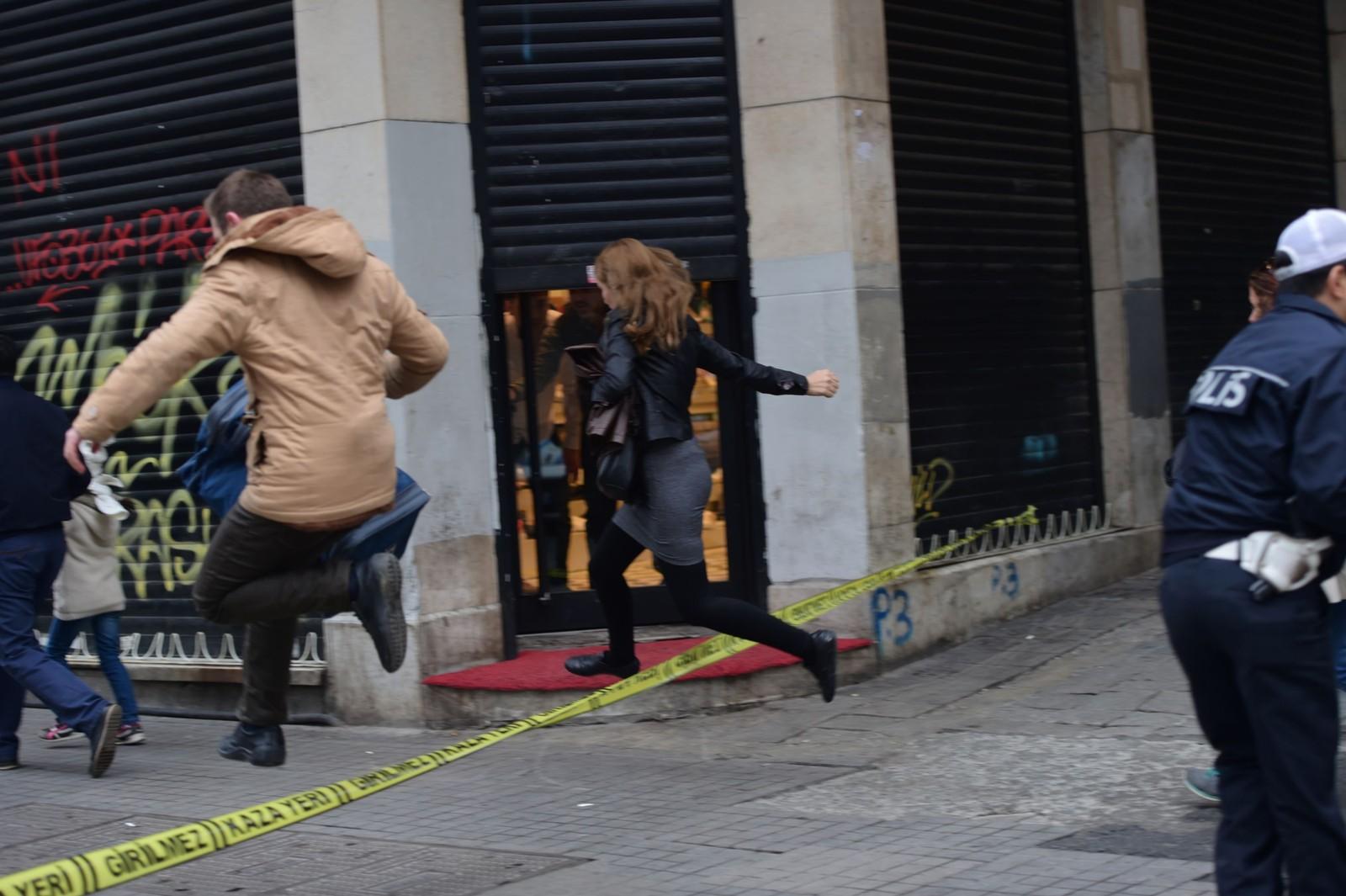 Flere mennesker er drept i en eksplosjon utløst av en selvmordsbomber i en handlegate i sentrum av den tyrkiske storbyen Istanbul. Etter eksplosjonen hersket det kaos og flere hundre mennesker løp i alle retninger, melder tyrkiske medier.