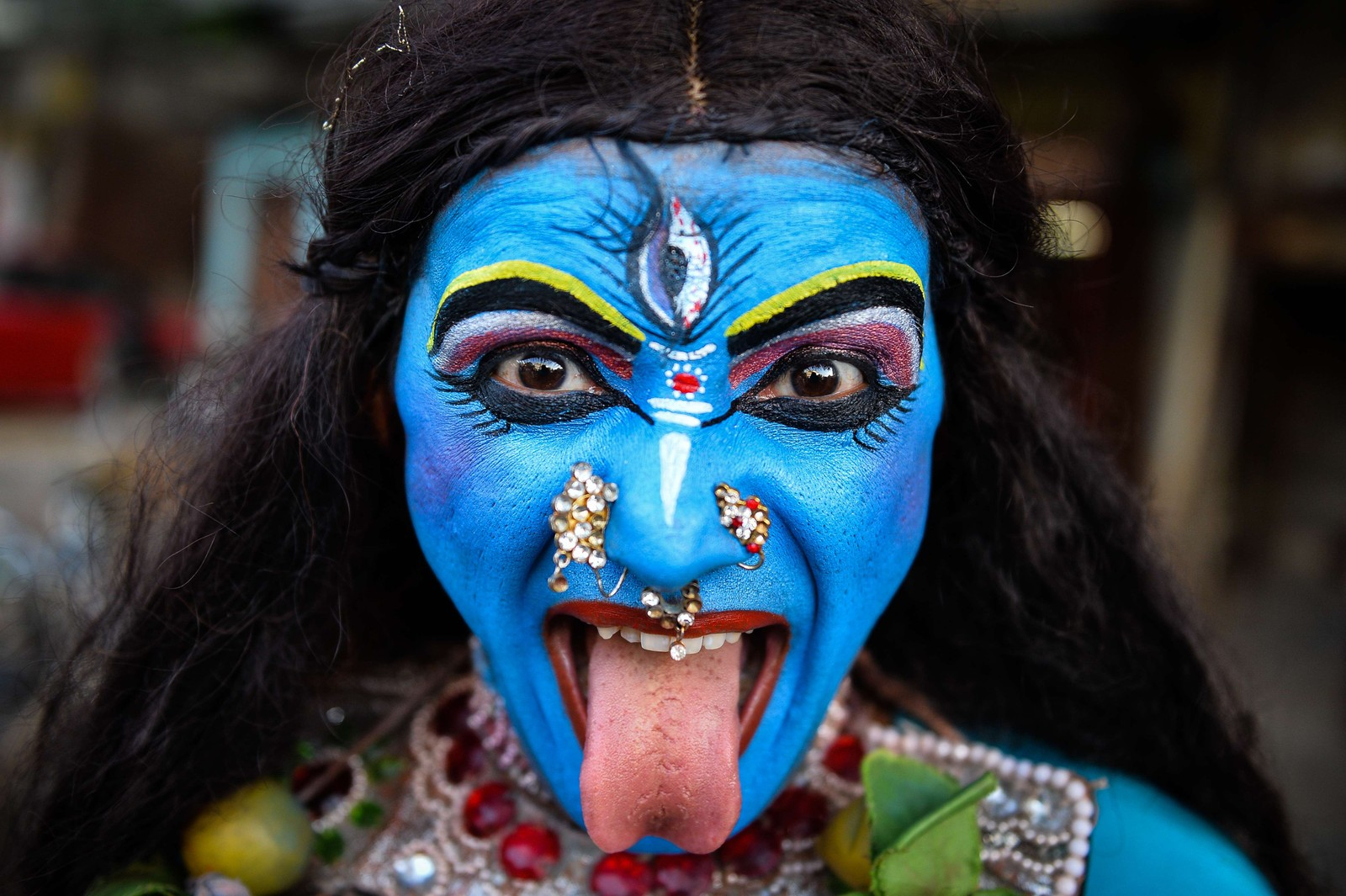 Den indiske kustneren Ravi Kali (32) utkledd som guden Kali som en del av feiringa av den religiøse festivalen Ganesh Chaturthi i New Delhi, India.