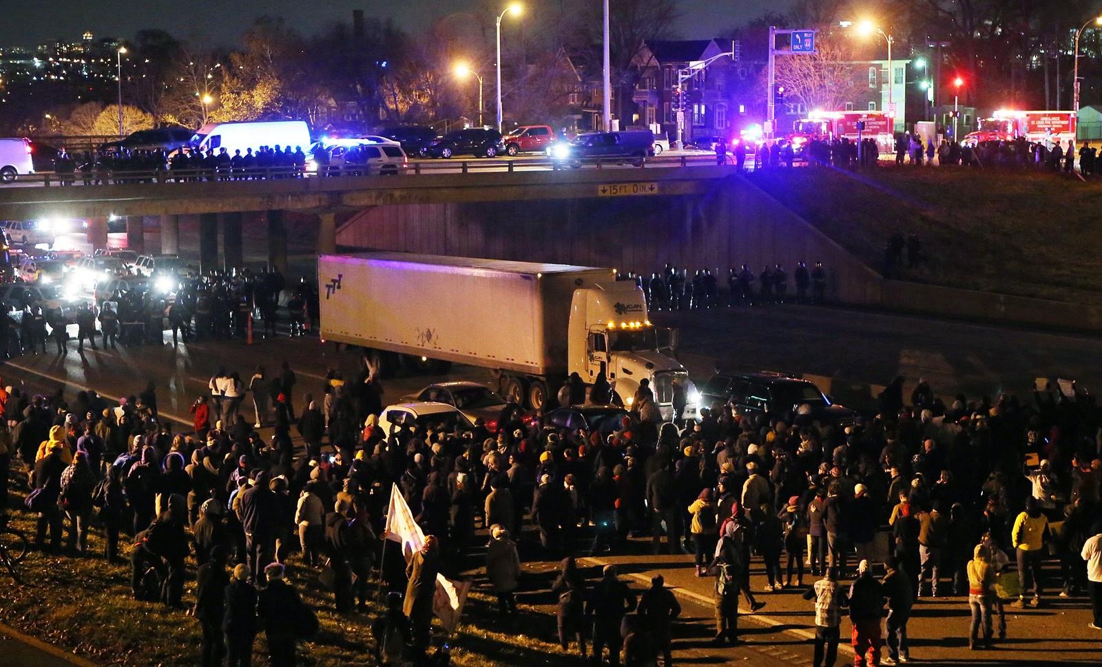 Demonstranter blokkerer en av hovedveiene gjennom Ferguson.