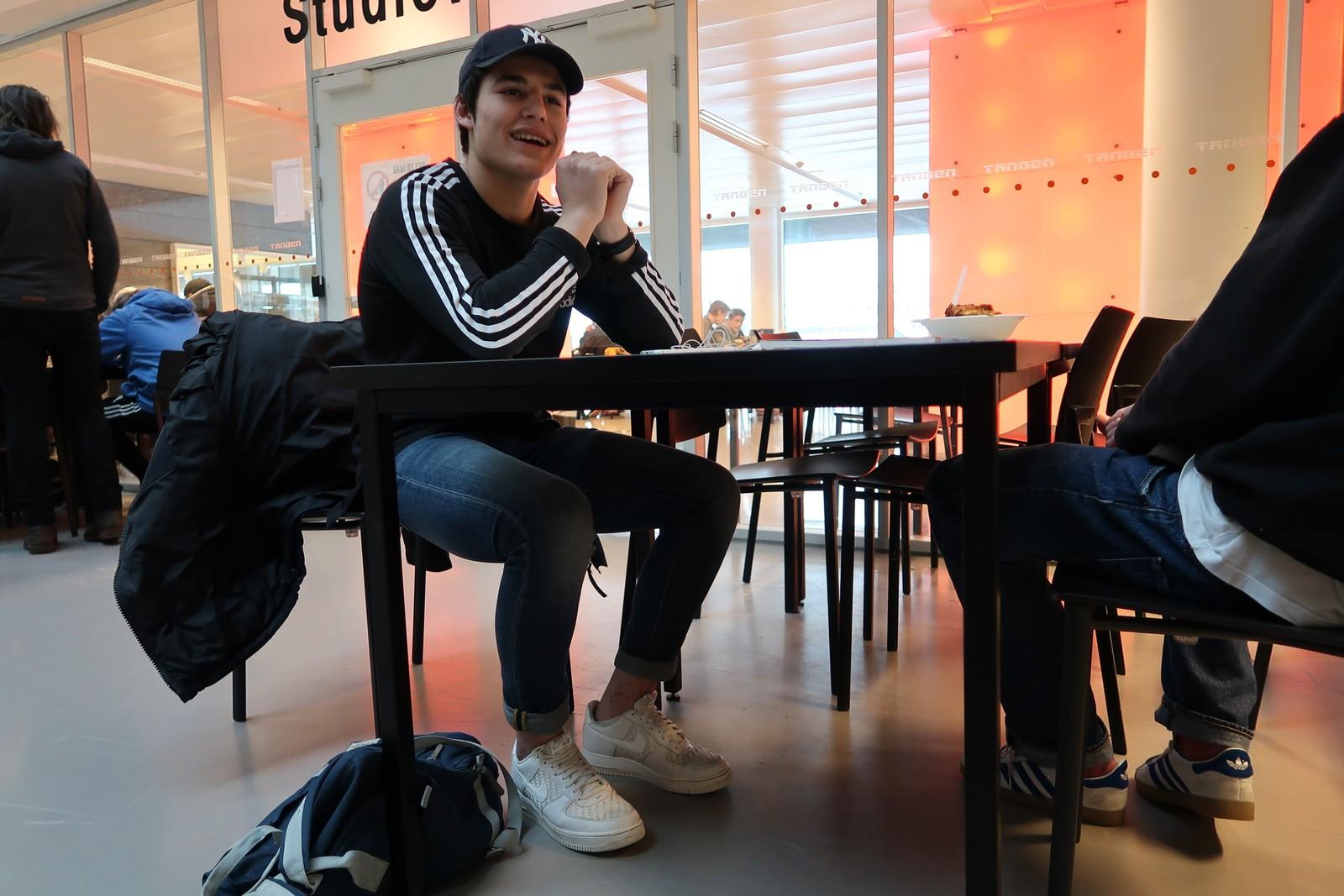 Islam Arsanukuev fryser ikke, selv om han har lave sko og ankelsokker. Han mener det er en vane med lave sko og synes det ser best ut med ankelsokker.
