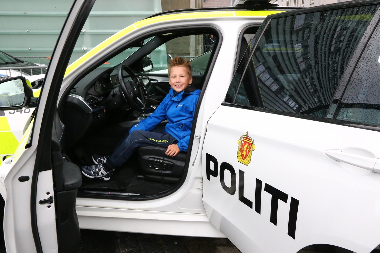 Å få sitte i politibilen var populært blant barna.