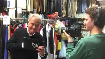 Dan Børge Akerø befinner seg i NRKs kostymelager Her stiller han spørsmål relatert til Melodi Grand Prix Prix