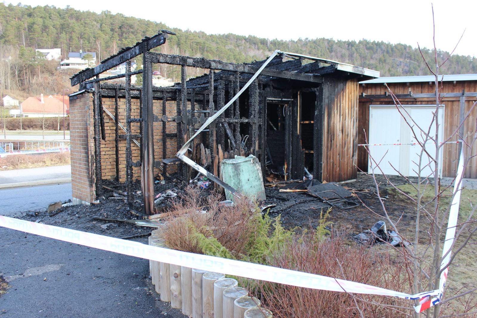 Søppelhuset har fått store skader etter brannen.