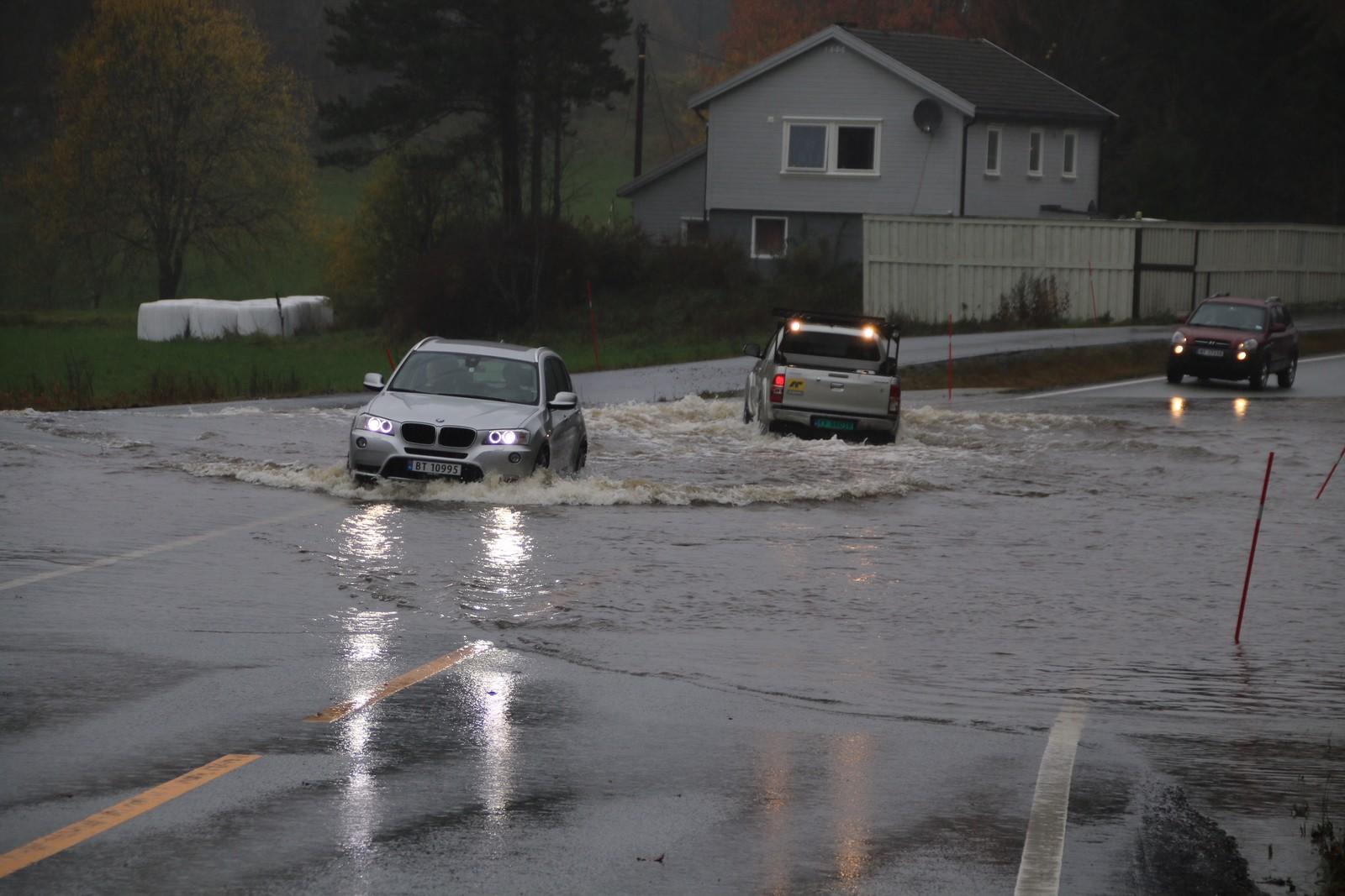 Bilister trosser også vannmengdene.