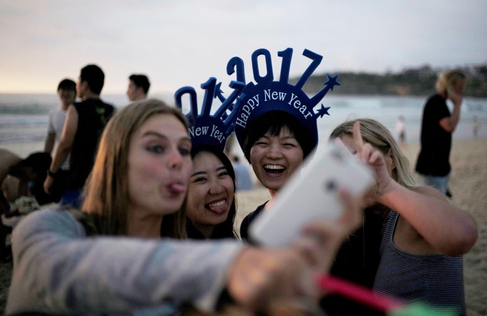 SYDNEY: Disse jentene tar en selfie ved soloppgang 1. januar på Bondi beach i Australia for å feire det nye året.