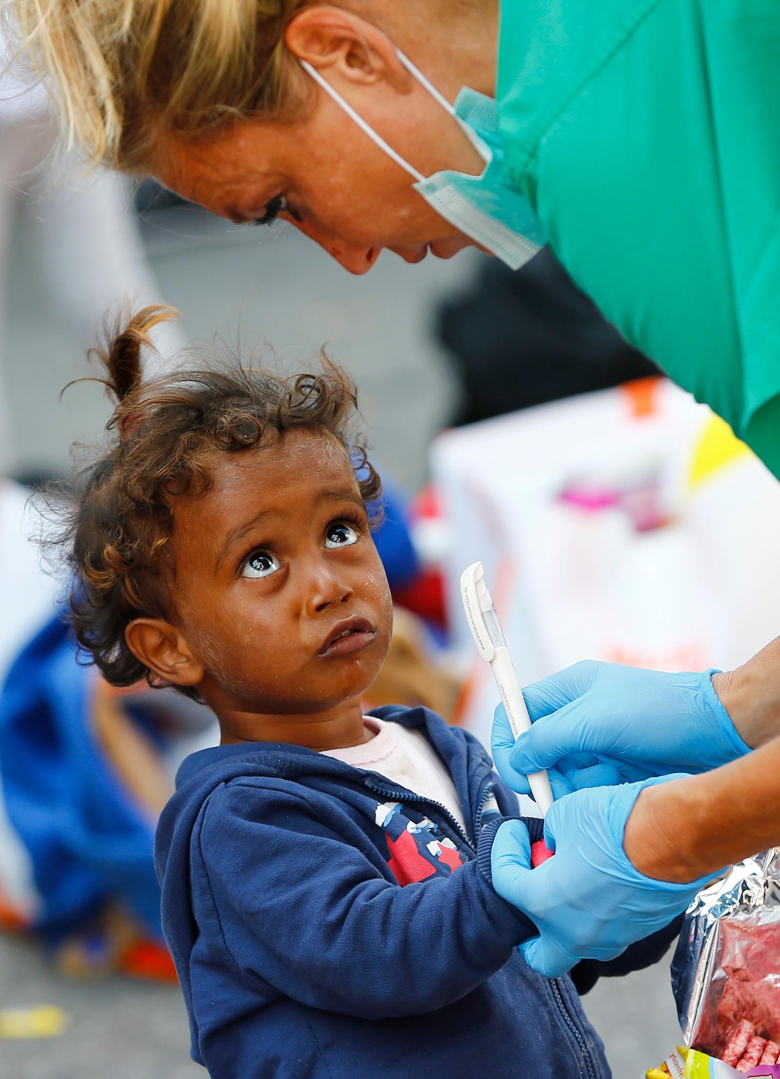 Etter det vi bare kan anta har vært en stabasiøs ferd, registreres et barn fra Irak ved ankomst på togstasjonen i Munchen. Flere hundre flyktninger ankommer den tyske byen daglig.