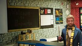 På bilder ser du lærer Kyle Hubler i klasserommet han har malt veggene og pyntet det slik at det skal ligne på hekseskolen Galtvort fra Harry Potter bøkene.