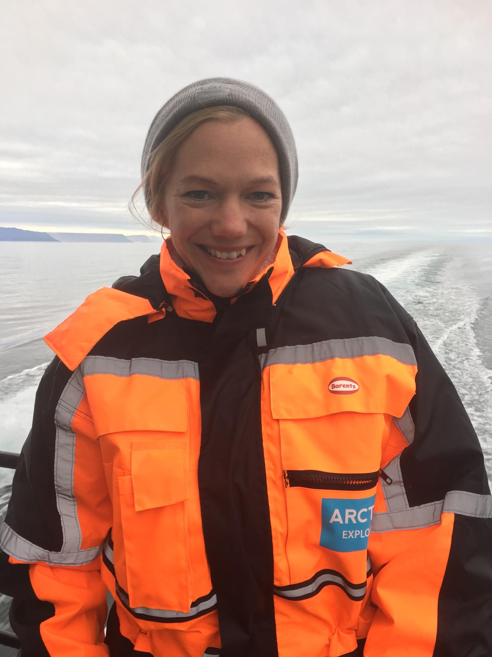 Maja i kjeledress mimrer om året på skoleskipet Christian Radich og om hvor høyt hun elsker havet.