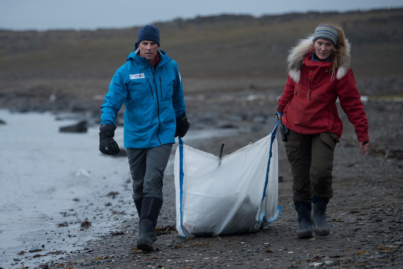 Lewis Pugh og støtteapparatet brukte også litt tid til å plukke søppel langs strendene på Svalbard. Store mengder søppel ender opp på strendene i Arktis, på grunn av havstrømmene fra Europa og Amerika.
