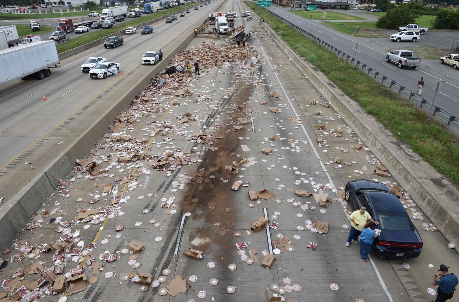 Blir det pizza til middag? Onsdag ble motorveien Interstate 30 i den amerikanske delstaten Arkansas stengt i begge retninger i flere timer etter at et vogntog lastet med frossenpizzaer var involvert i en krasj og lasten ble spredd utover veien like sør for Little Rock.