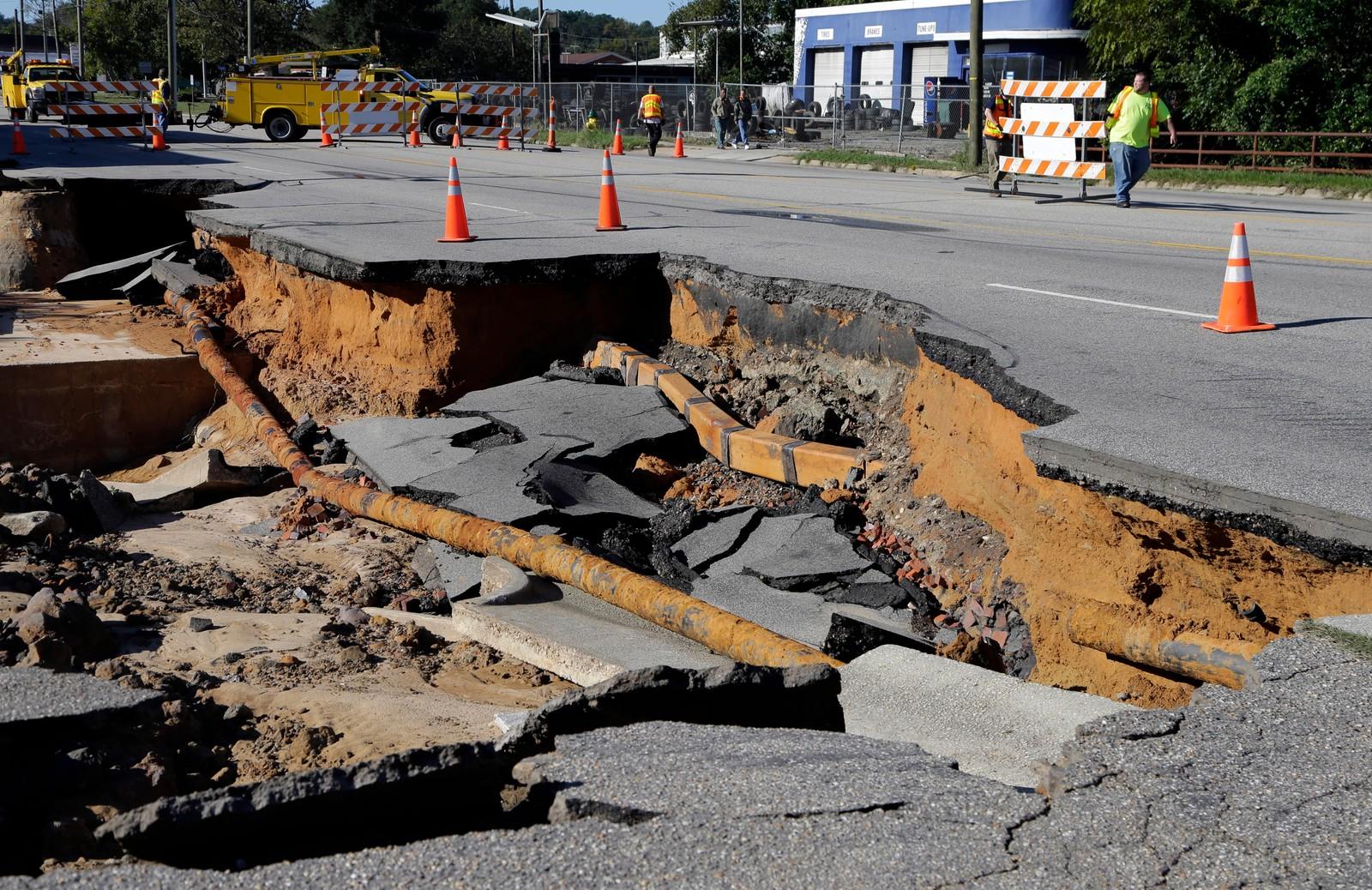 Ødelagt vei i Fayetteville, Nord-Carolina, søndag.