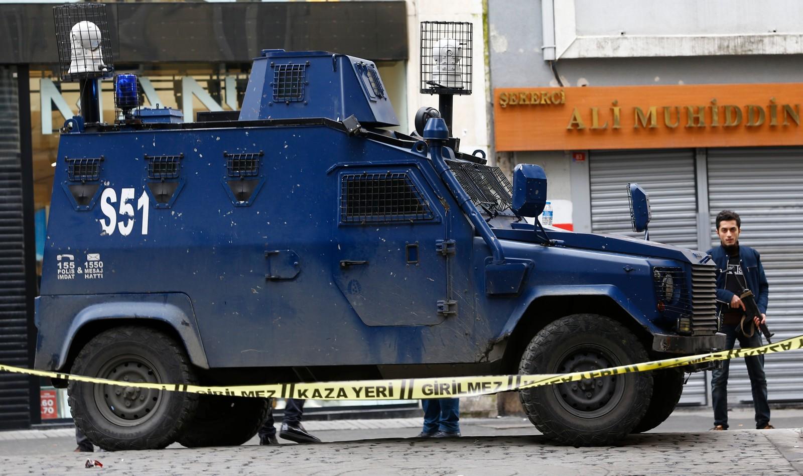 Politifolk ved åstedet for selvmordsangrepet i Istanbul.