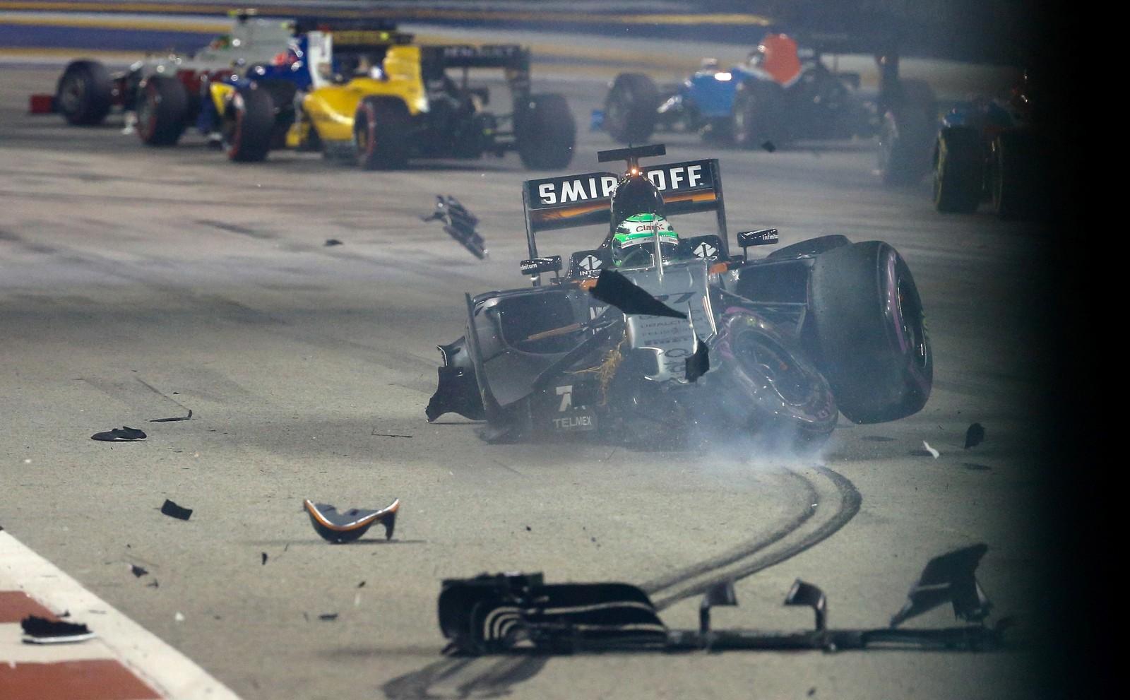 Nico Hulkenberg er uheldig og krasjer under et Formel 1-løp under Singapore Grand Prix.
