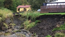 Hus og campingvogn berget takket være intenst gravearbeid i natt. Vannet førte med seg store mengder jord i Pevika i Rissa og en familie måtte evakuere da regnet fosset ned.
