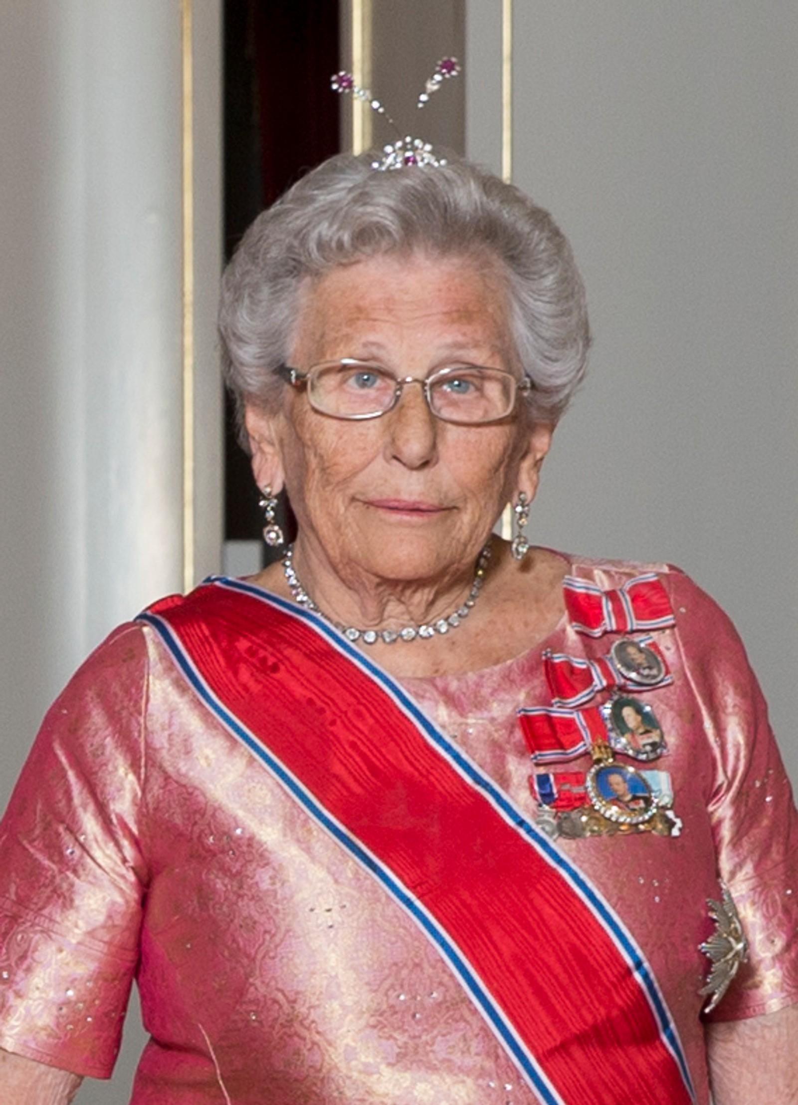 TRE KONGAR: Det er tre medaljar på prinsesse Astrids gallakjole. Ein for kvar konge ho har tent. Her på veg inn til stortingsmiddag på Slottet i 2015.