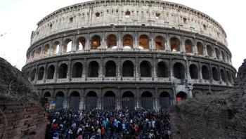 Demonstranter marsjerer forbi Colosseum i Roma