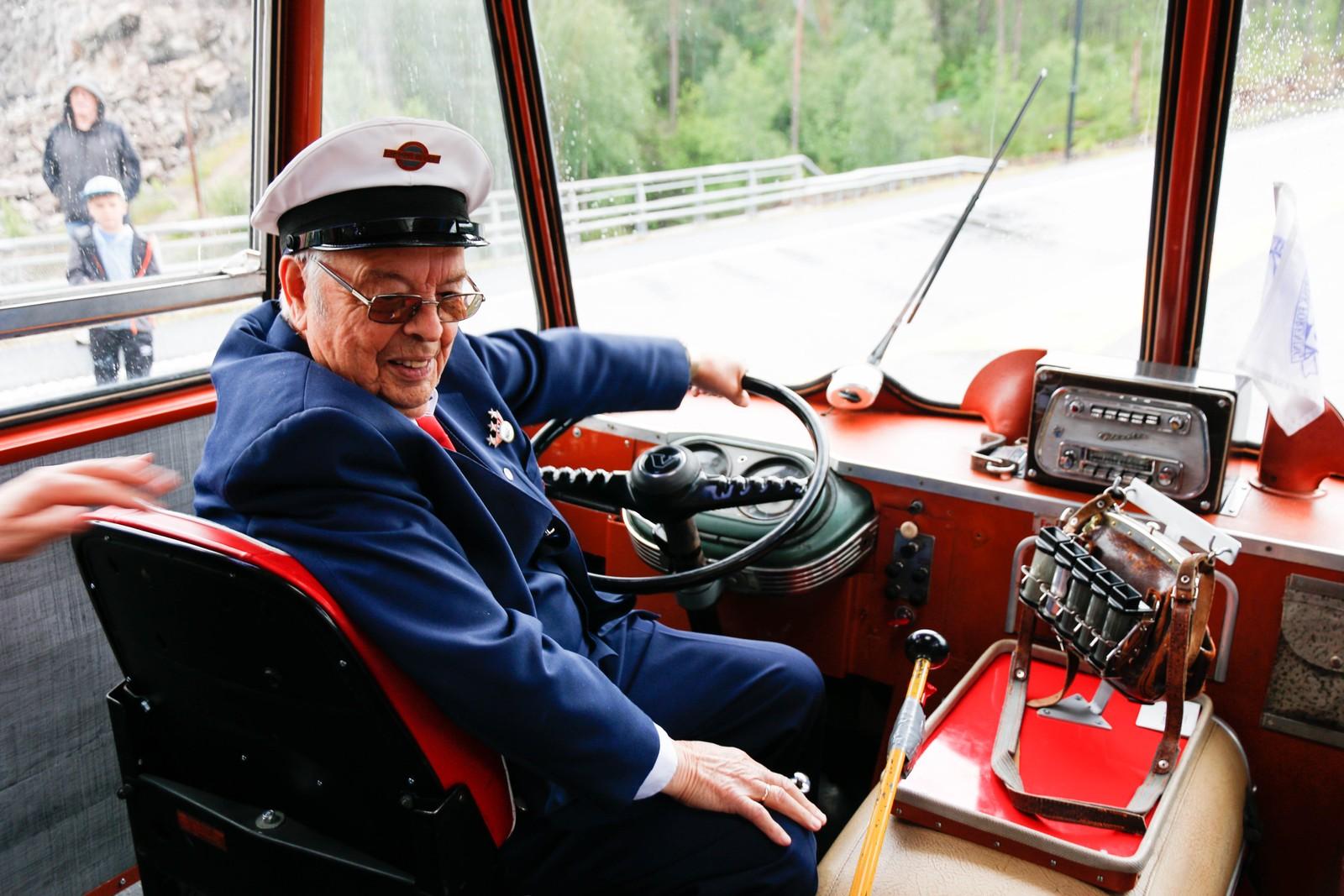 Sjåfør Håkon Råheim er for veteran å rekne sjølv, og fører den gamle bussen trygt fram på nye vegar.