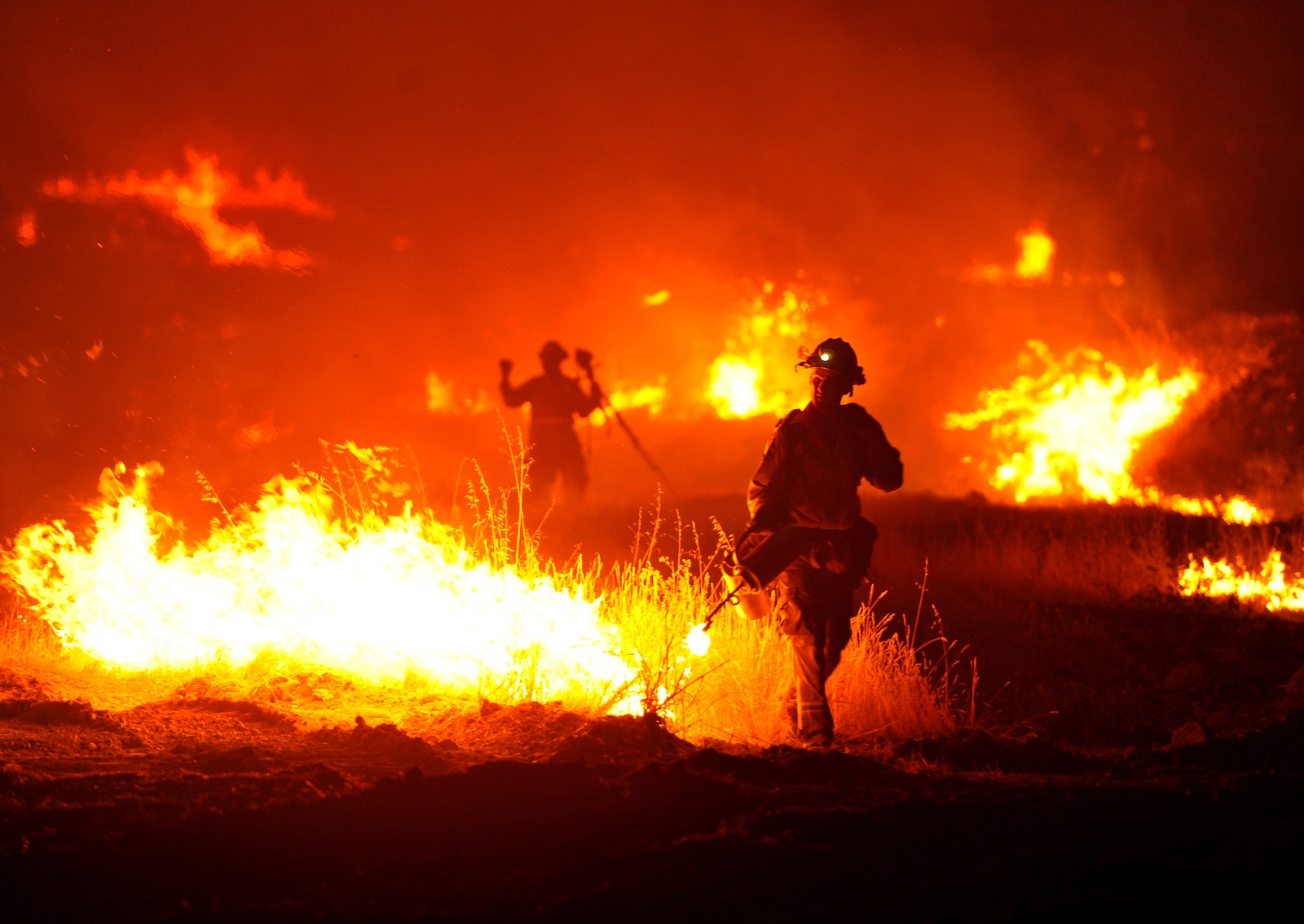 En brannmann forsøker å slokke brannen som brenner i nærheten av Clearlake, Californa.