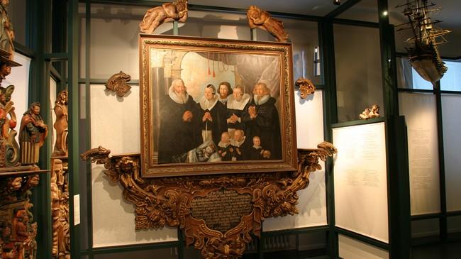 Epitafiumet frå Innvik kyrkje på Bergen Muséum. Foto: Arild Nybø, NRK.