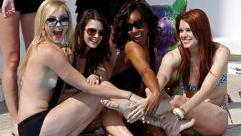 "Disse lettkledde jentene skal promotere serien ""Femme fatales"""