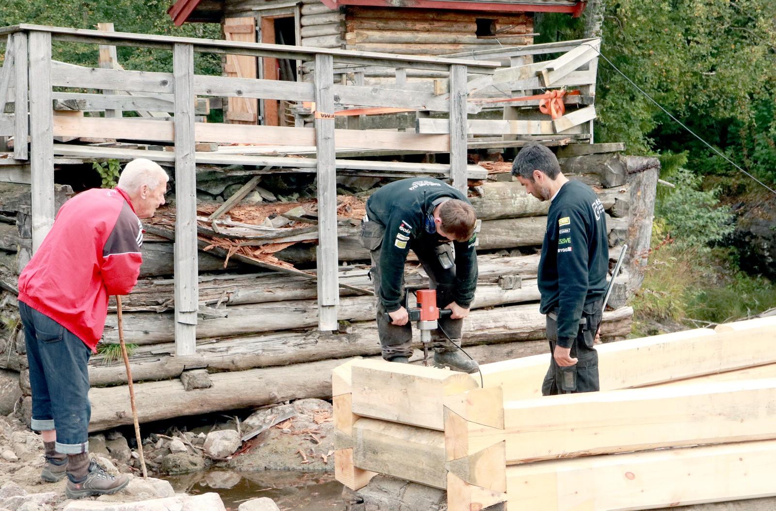 """BYGGESETT: Tømmerkarene er ferdig kappet og målt, og trenger """"kun"""" å settes sammen. Teknikken som brukes her kalles sinklafting."""