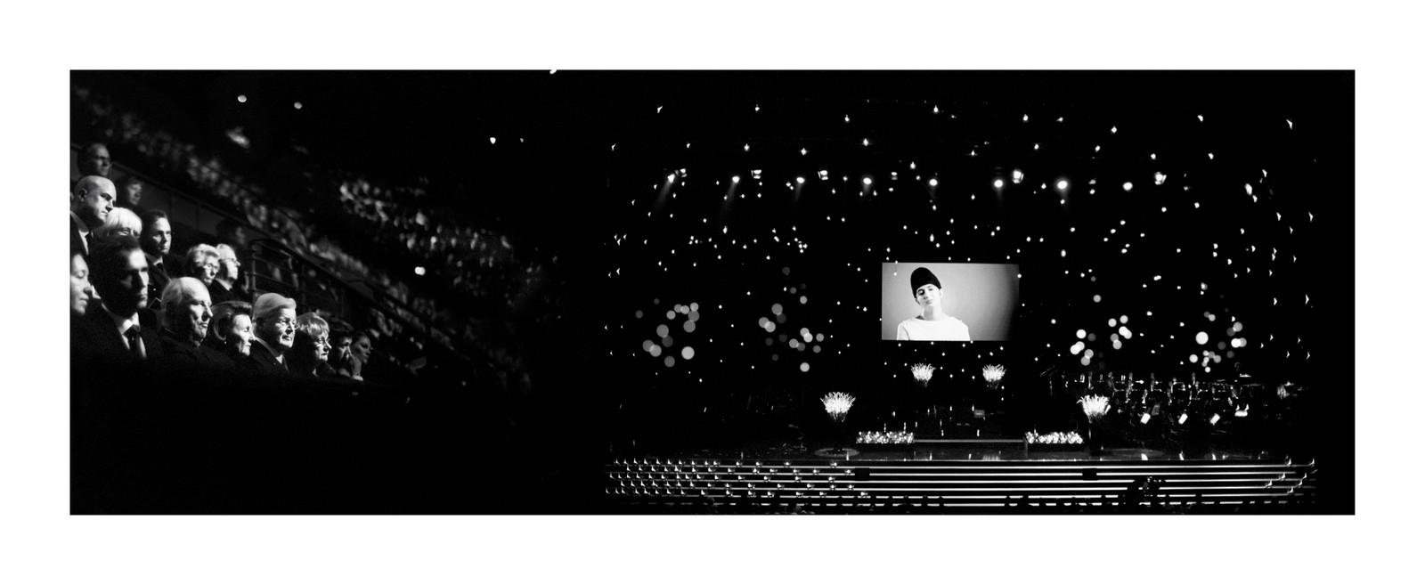 SOM EIT MØRKT HAV: Fotograf Morten Krogvold skildrar publikumsområda under minnemarkeringa som eit mørkt hav. – Eg valde å konsentrere meg om enkelte personar, seier Krogvold, som mellom anna tok dette biletet då andletet til Prableen Kaur lyste opp på storskjermane.