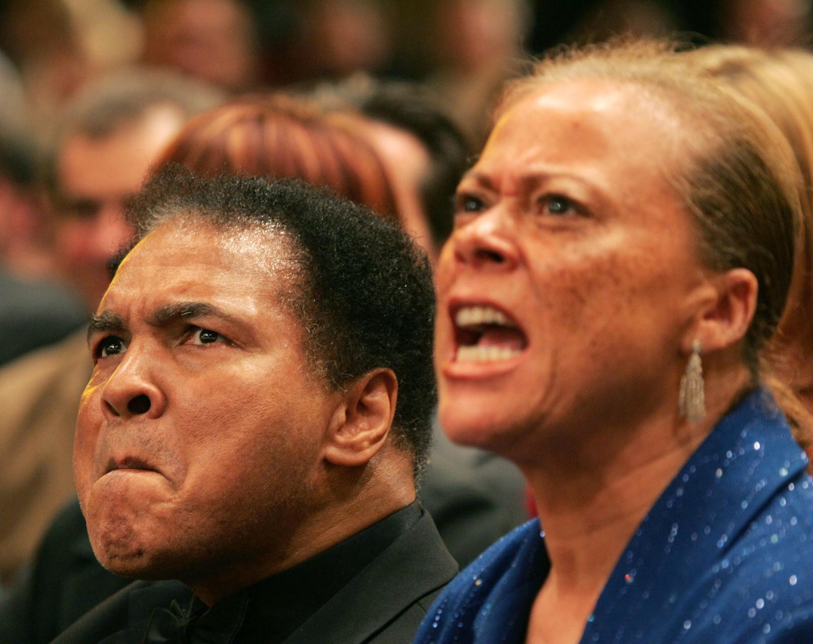 Muhammad Ali og hans kone Lonnie følger med på dattereen Laila Alis boksekamp mot Åsa Sandell fra Sverige i Berlin 17. desember 2005. Laila Ali vant i den femte runden ved knockout.