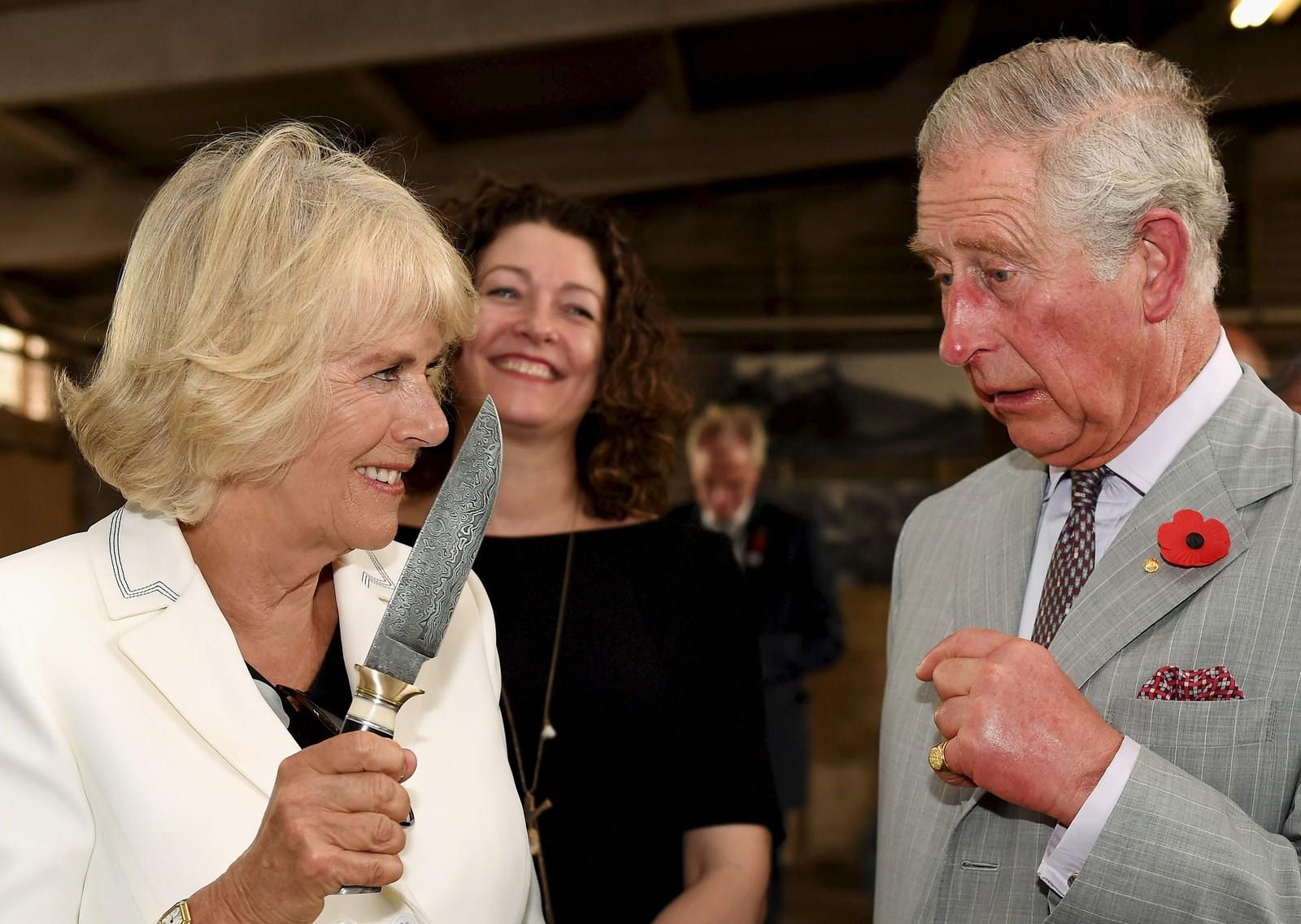 Britiske prins Charles ser litt skeptisk mot sin kone Camillas knivføring under et besøk i Seppeltsfield Winery i Barosso-dalen i Australia.