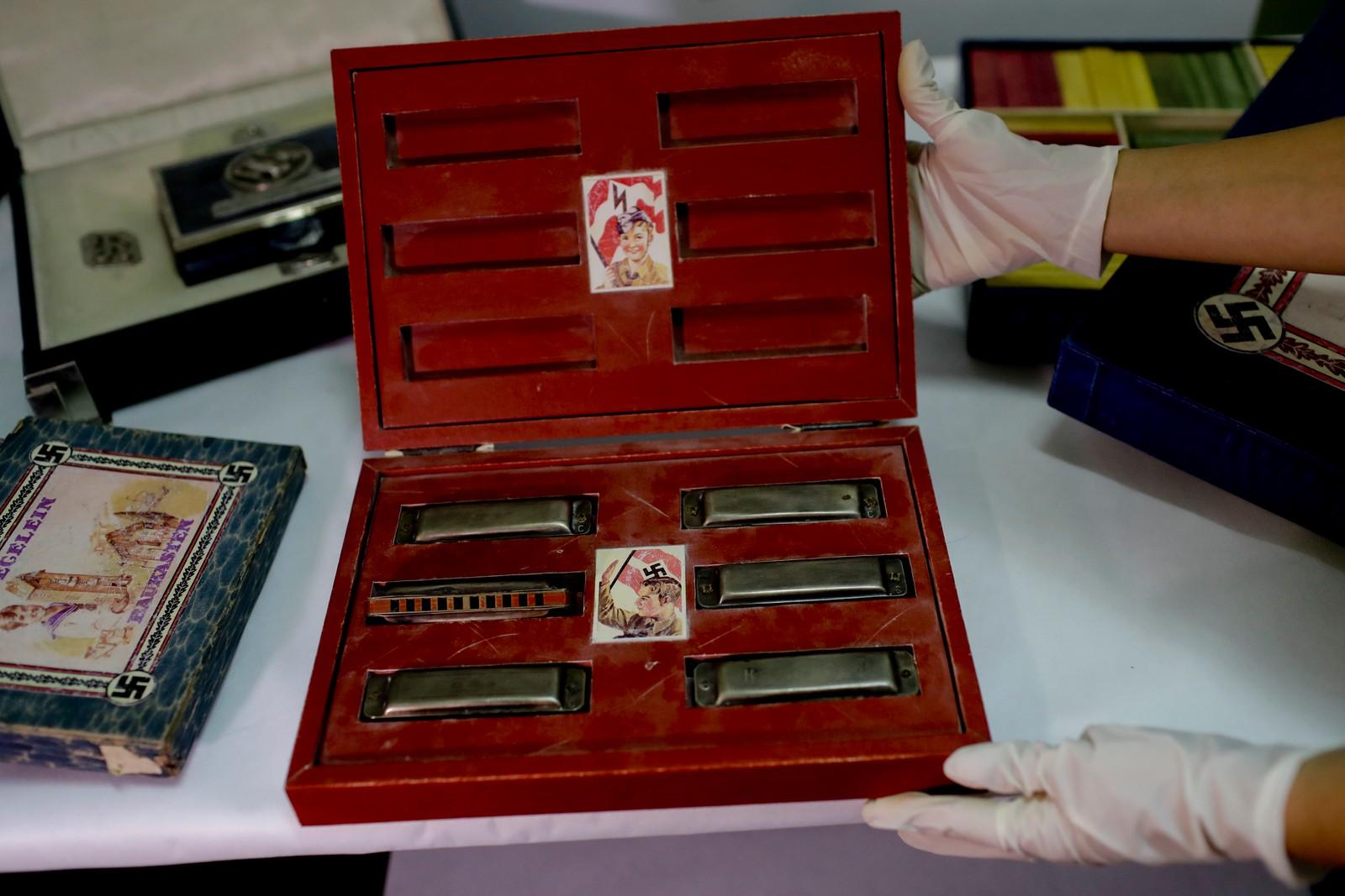 Argentinsk politi viser fram en boks med munnspill for barn.