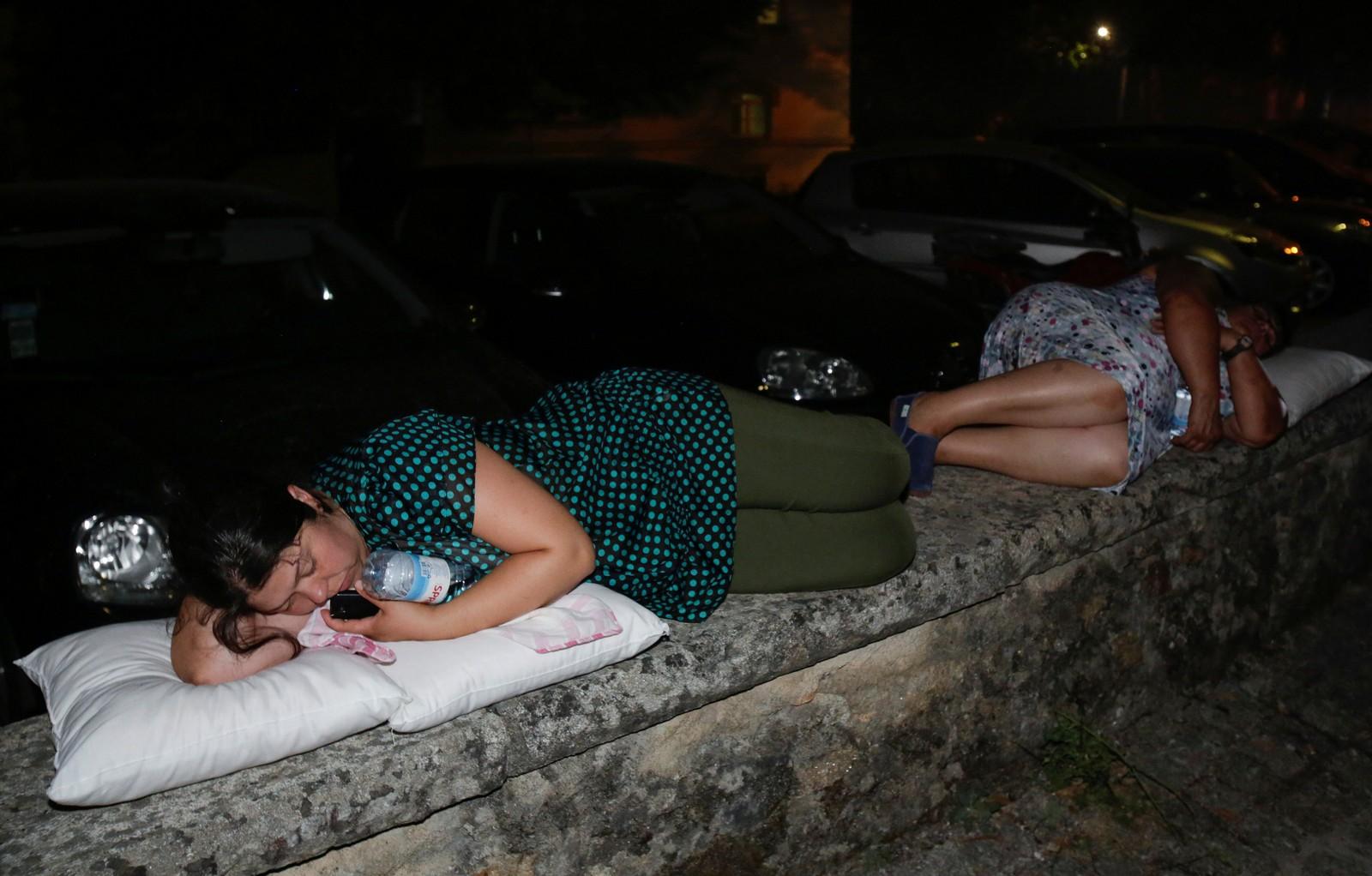 Mange evakuerte måtte tilbringe natta på gata.