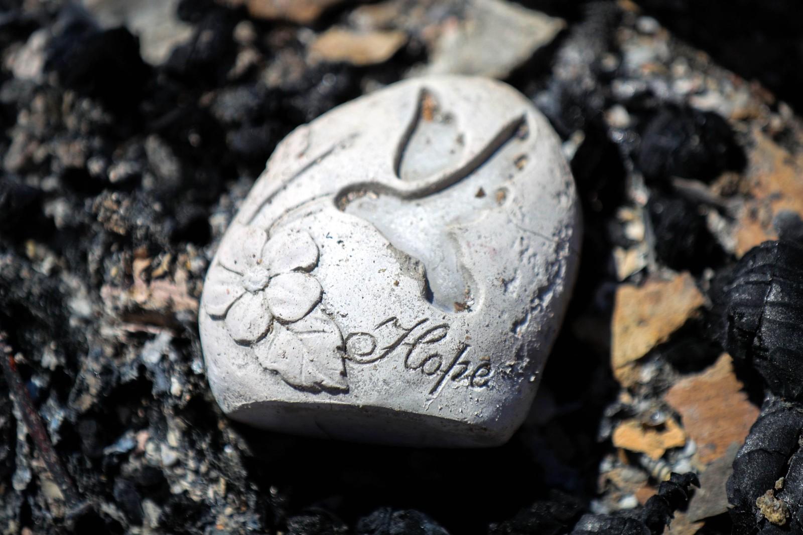 """""""Håp"""" står det gravert inn i denne steinen. Den er det eneste som er igjen etter brannen i et hus i Lower Lake i California i USA. Bildet er tatt den 15. august. En skogbrann kalt """"Clayton Fire"""" brant ned omtrent 175 hus, og sendte 4000 mennesker på flukt."""