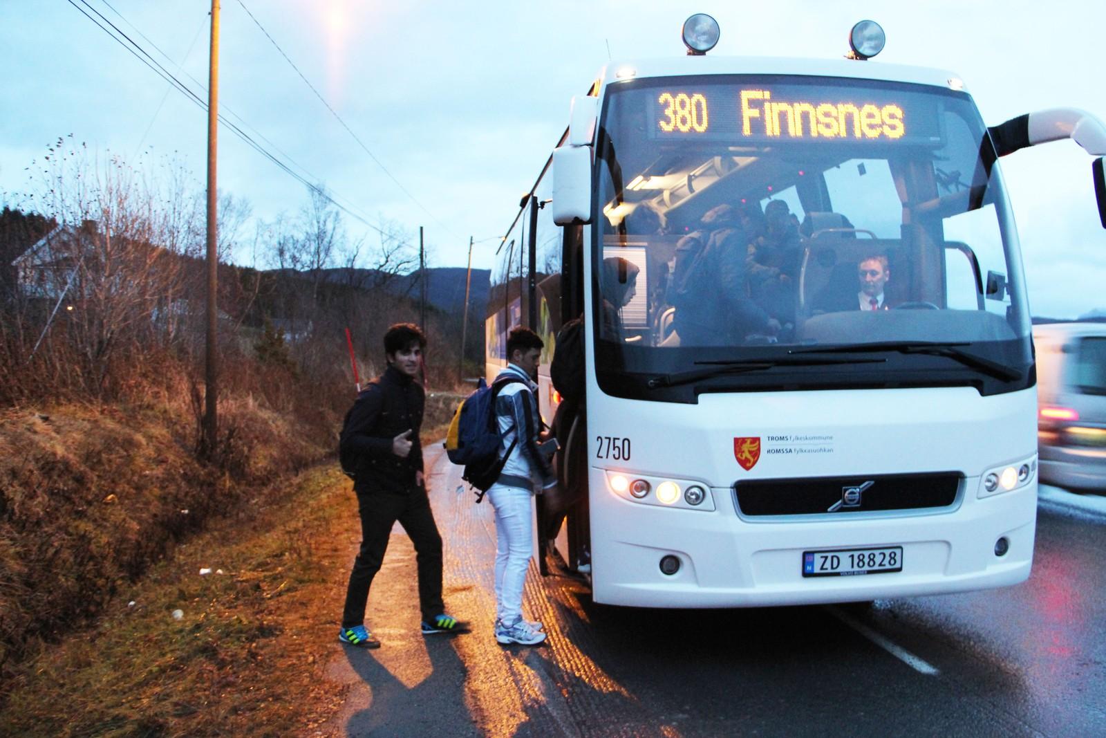 TIL SKOLEN: Litt forsinket drar ungdommen til skolen. Det er ikke alltid de rekker å ta den bussen de helst bør ta for å rekke undervisningen.