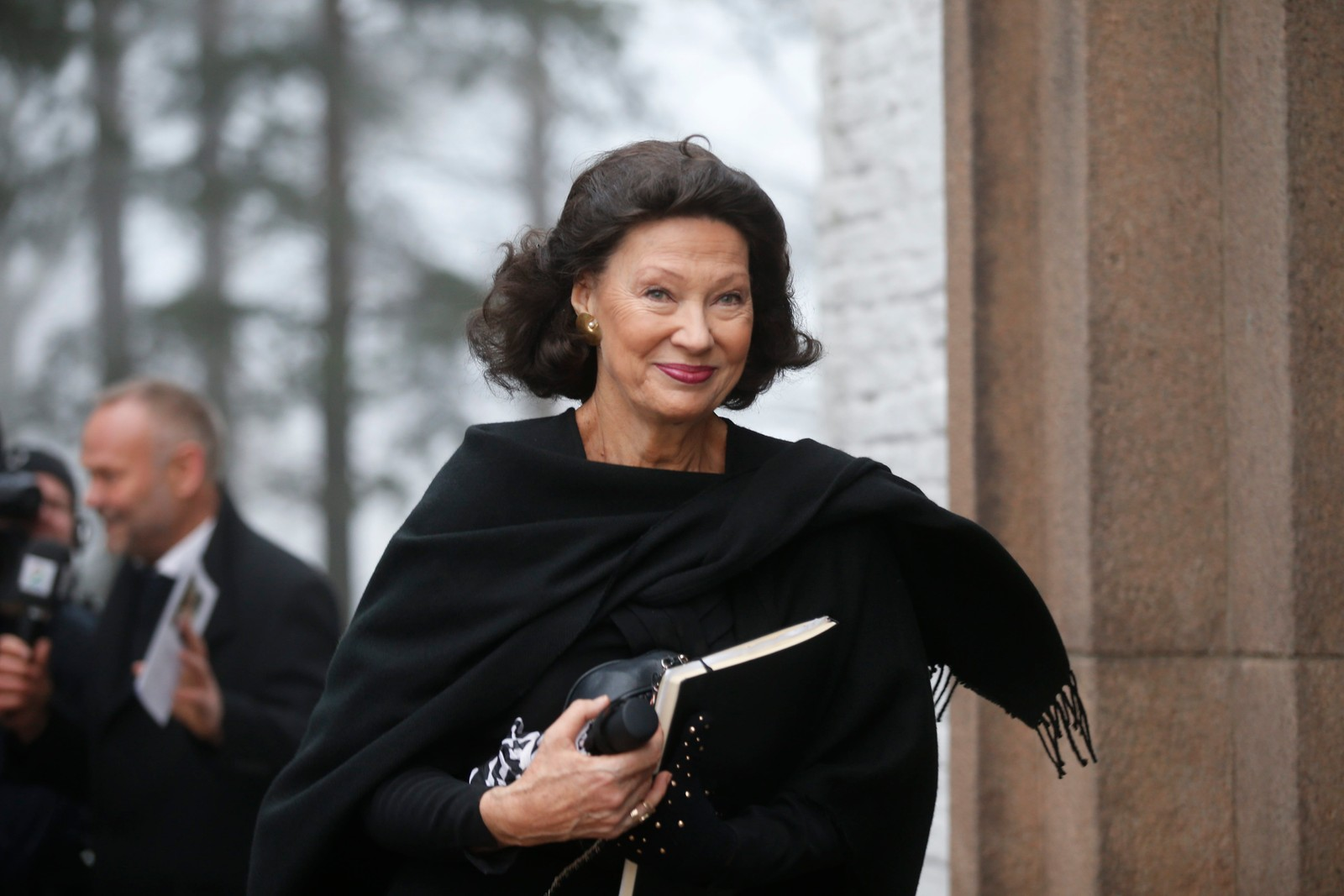 Tidligere kulturminister Åse Kleveland ankommer Grefsen kirke.