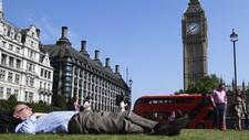 Mann koser seg i London - Foto: TOBY MELVILLE/Reuters