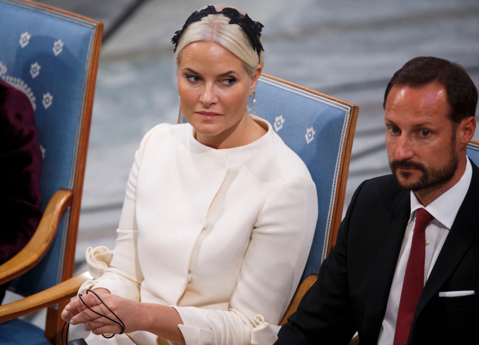 HØYTIDELIG: Kronprinsesse Mette-Marit og kronprins Haakon i Oslo rådhus.