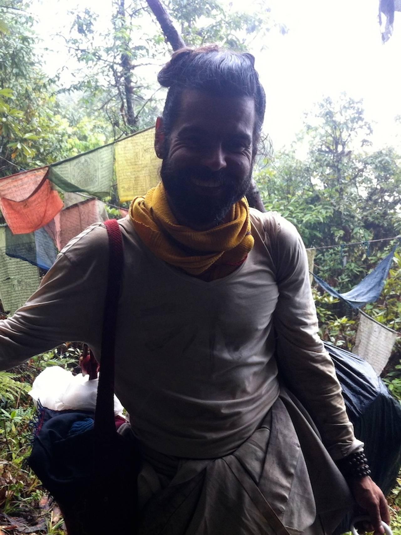 Jørgen Nøvik med vandirngstav og stort smil på vandring i jungelen i Himalaya