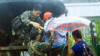 Tyfonen Melor på vei til Philippinene. Militære evakuerer folk. Sterk vind.