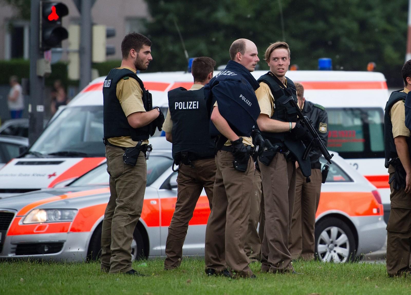 TUNGT BEVÆPNET: Tungt bevæpnet politi gjennomsøker kjøpesenteret etter at en person begynte å skyte inne på kjøpesenteret fredag kveld
