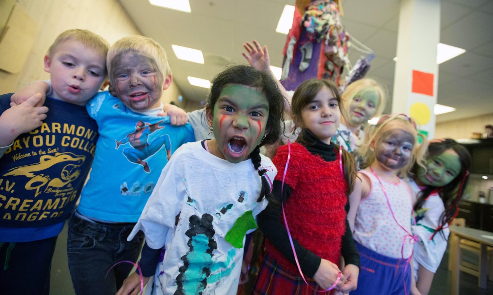 Monsterbrølene er mange i Jåttå barnehage i dag. (Fra venstre: William J. Torsnes, Leo Houland, Sadhana Moharshaker, Rama O. A. Al-Azaizi, Arndis Sigurdardottir, Nora K. Smevig og Hannah Vadner.)