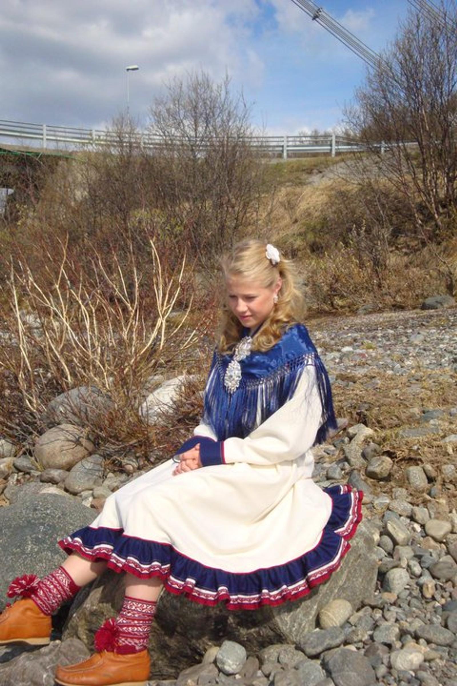 Brytetalentet Signe Marie Fidje Store (16) fra Tana i samekofte, fotografert på Tanabredden ovenfor Tanabru.