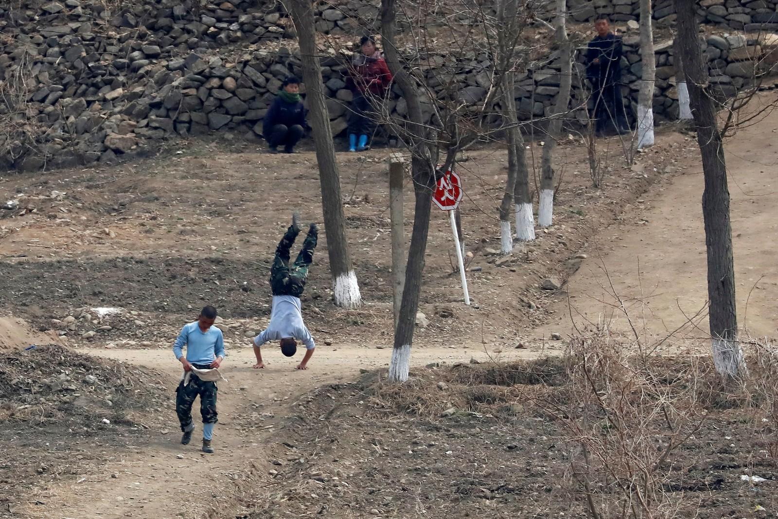 Nordkoreanske soldater trener på grensen til Kina.