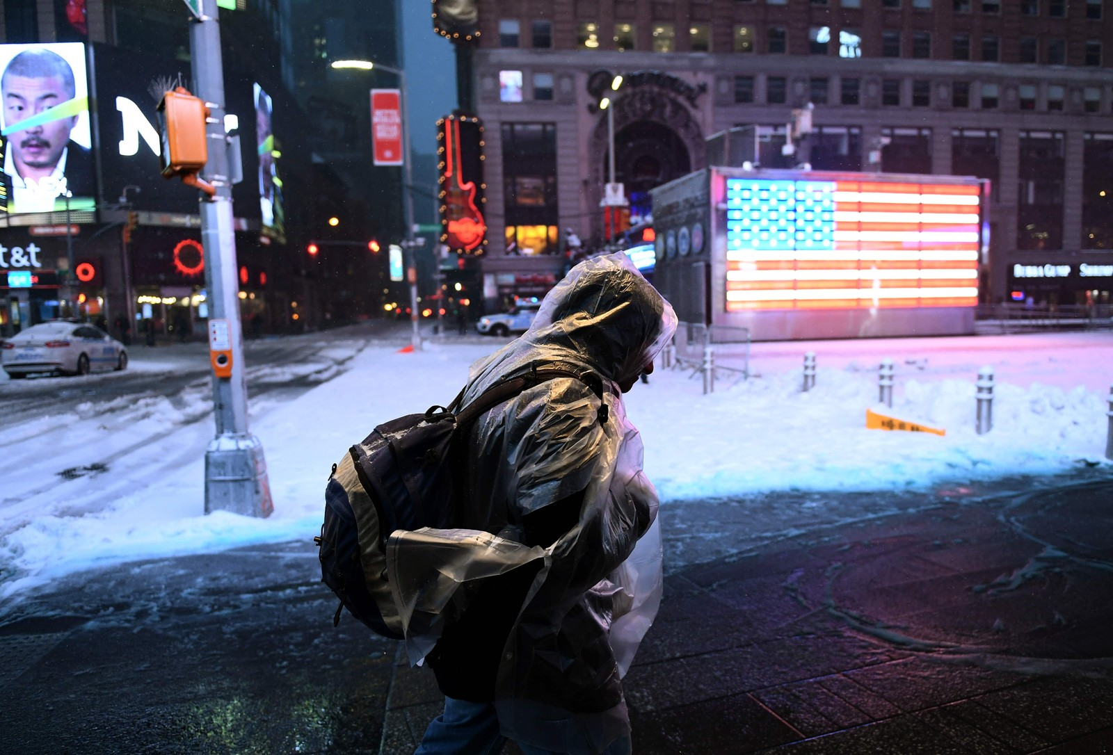 Tirsdag morgen var Times Square dekket av snø. Det er ventet minst 60 cm snø i millionbyen.