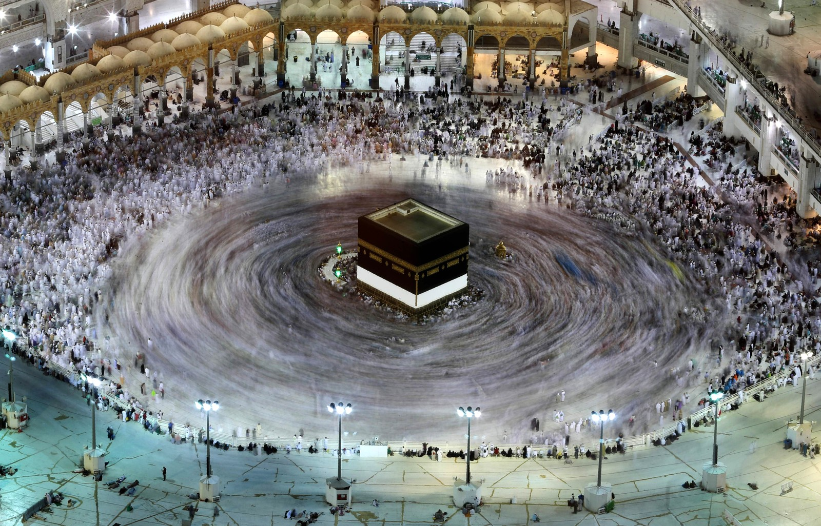 Et bilde tatt med lang lukkertid viser muslimske pilgrimmer som går rund Kaaba, den islamske sentrale helligdommen i Mekka i Saudi-Arabia.