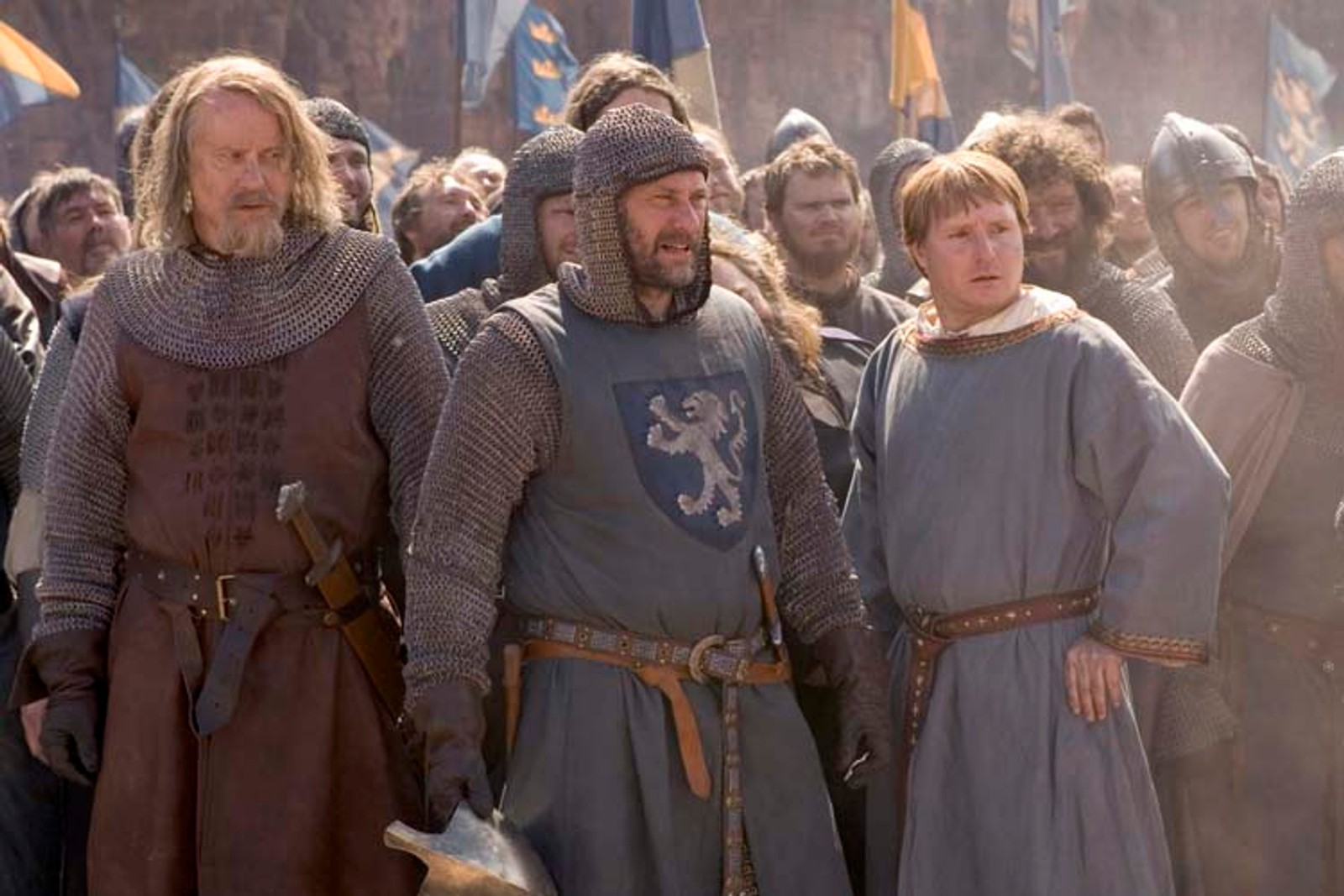 HISTORISK DRAMA: Birger Brosa (Stellan Skarsgård), Magnus Folkesson (Michael Nyqvist) og Eskil Magnusson (Morgan Alling) ser duellen mellom Arn og Ulbane i Axevalla.